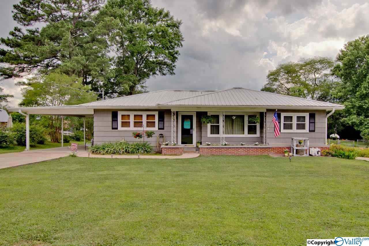 Photo of home for sale at 904 Garden Drive, Scottsboro AL