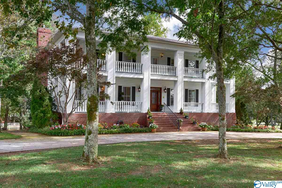 Photo of home for sale at 2623 Jeff Road, Harvest AL