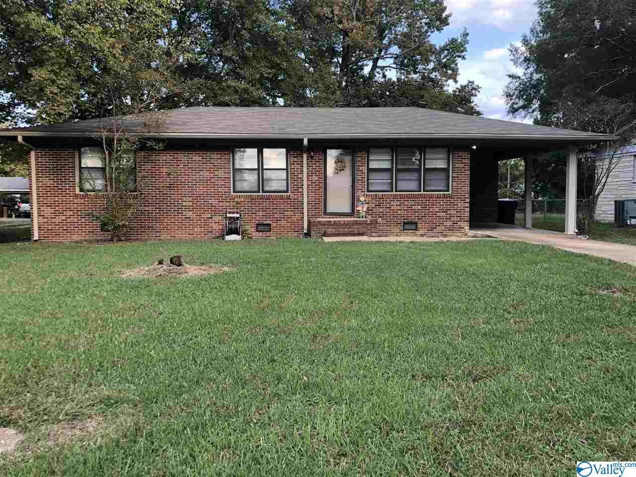 Photo of home for sale at 1702 Buena Vista Circle, Decatur AL