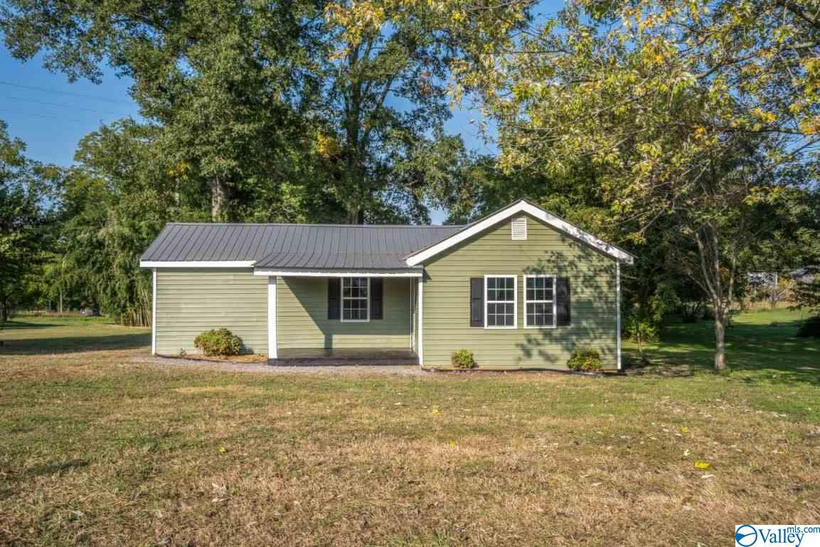 Photo of home for sale at 34 Woodview Road, Henagar AL
