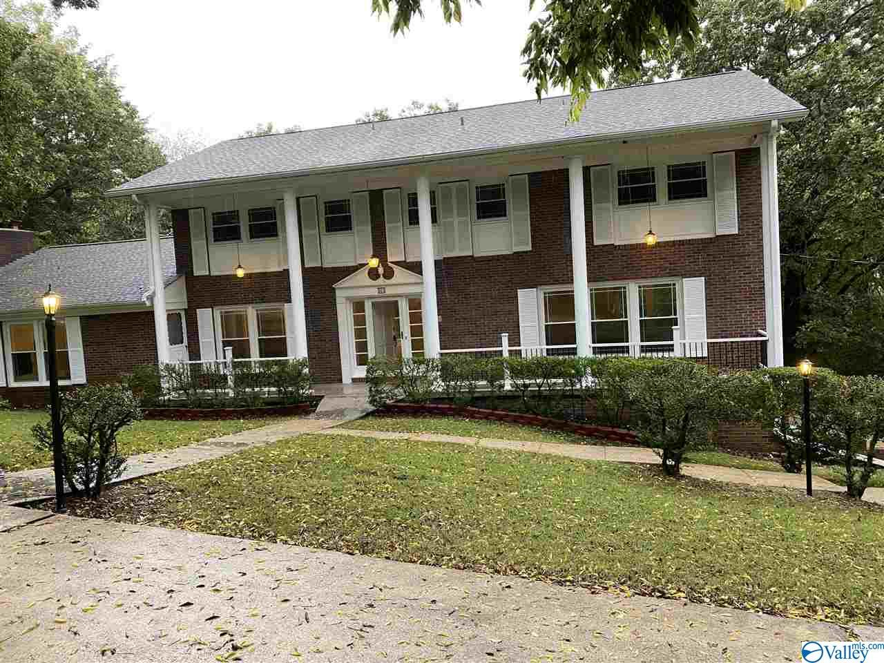 Photo of home for sale at 202 Sherwood Drive, Huntsville AL