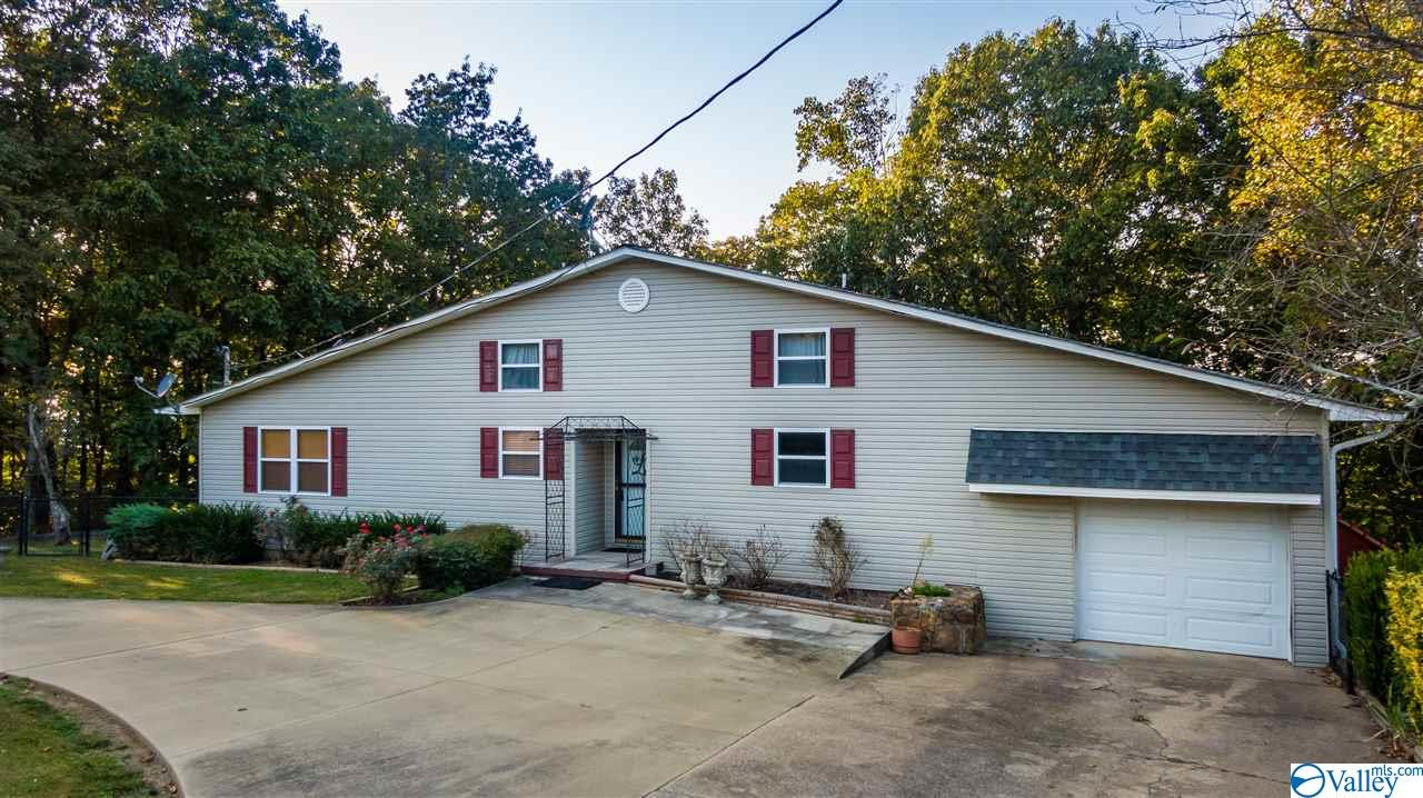 Photo of home for sale at 712 Scenic Road, Fort Payne AL