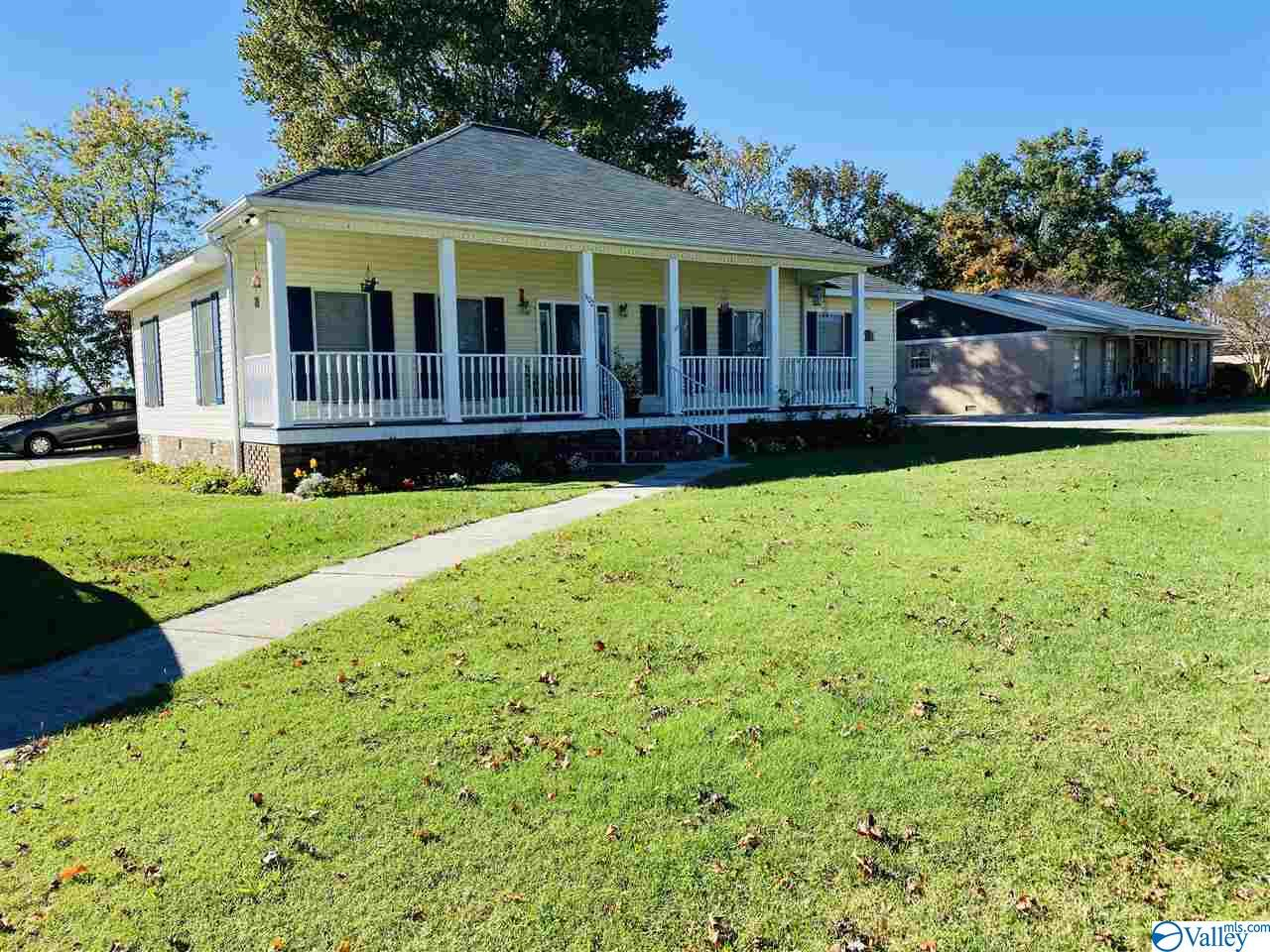 Photo of home for sale at 302 Briarwood Avenue, Albertville AL
