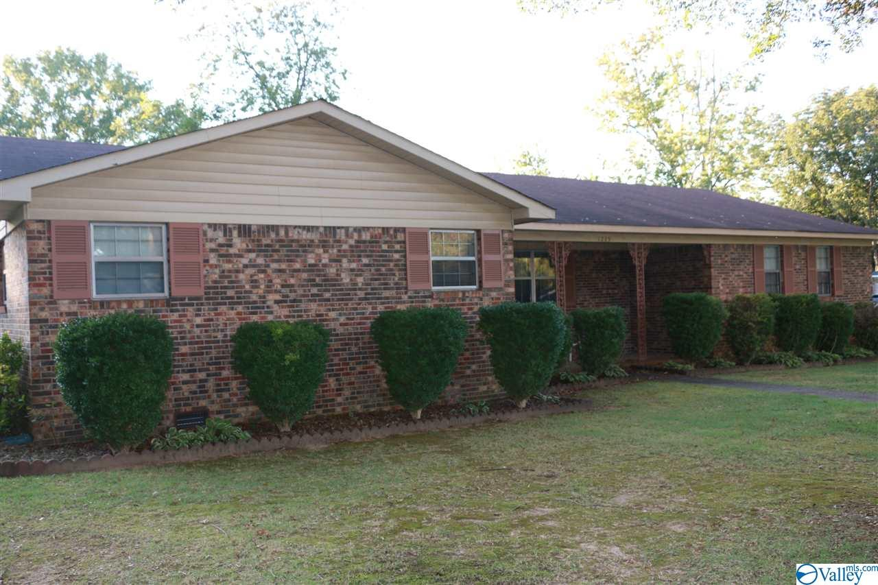 Photo of home for sale at 1225 Eleanor Drive, Decatur AL