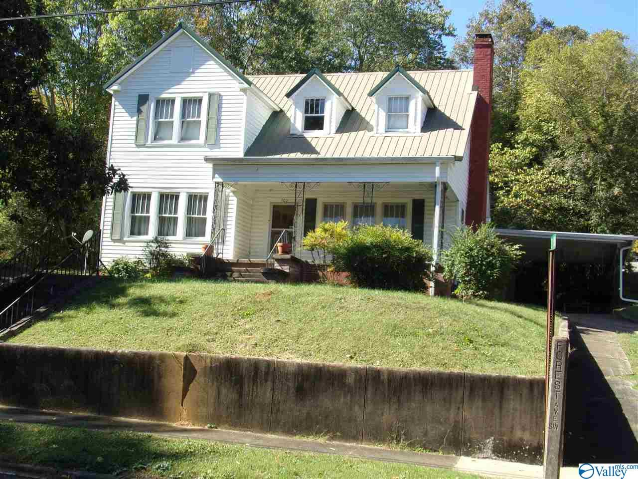 Photo of home for sale at 300 Forest Avenue, Fort Payne AL