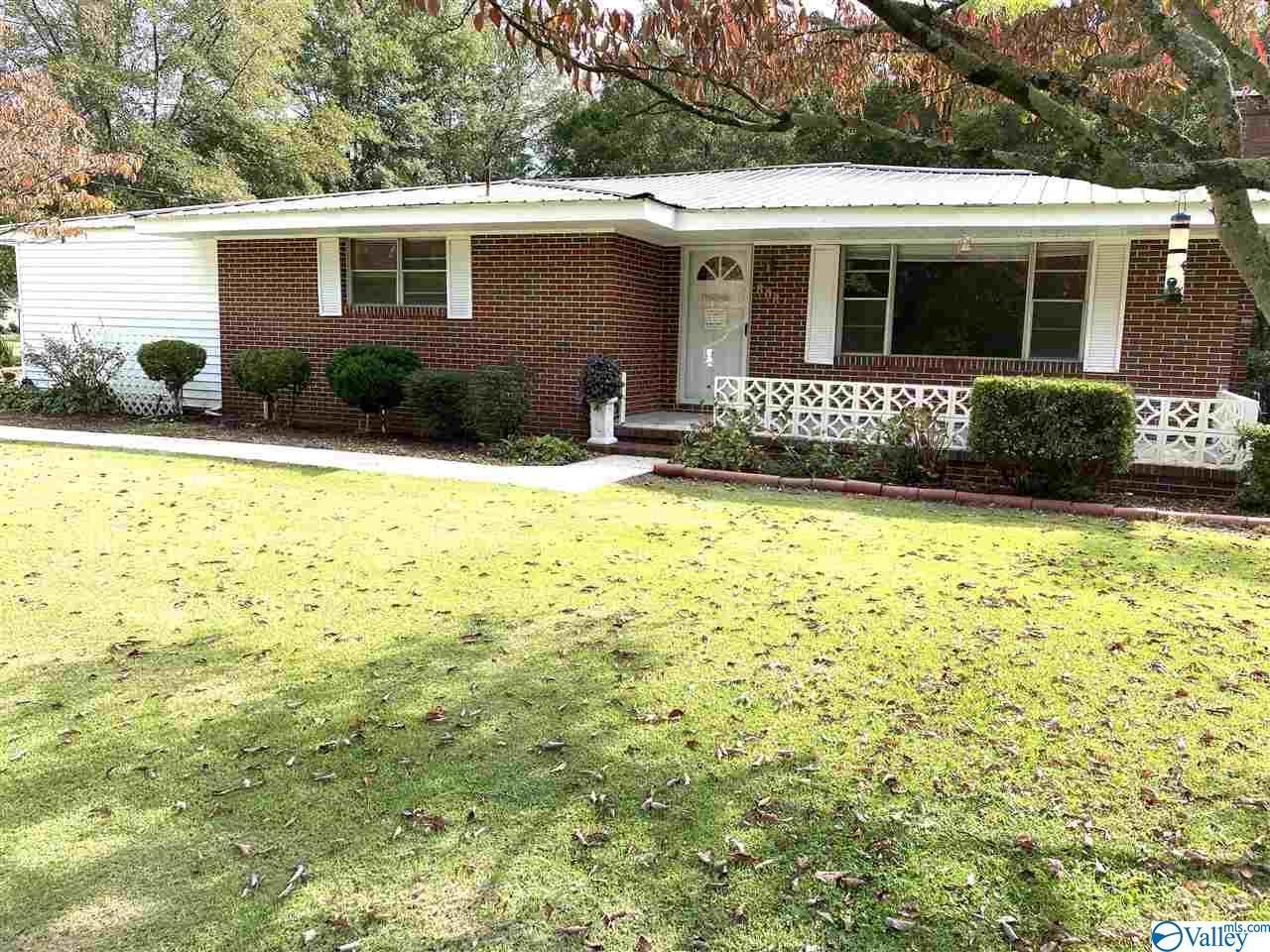 Photo of home for sale at 808 Lawrence Avenue, Albertville AL