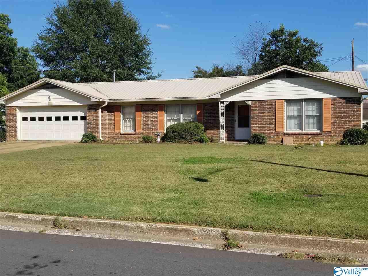 Photo of home for sale at 1302 Arbor Avenue, Decatur AL