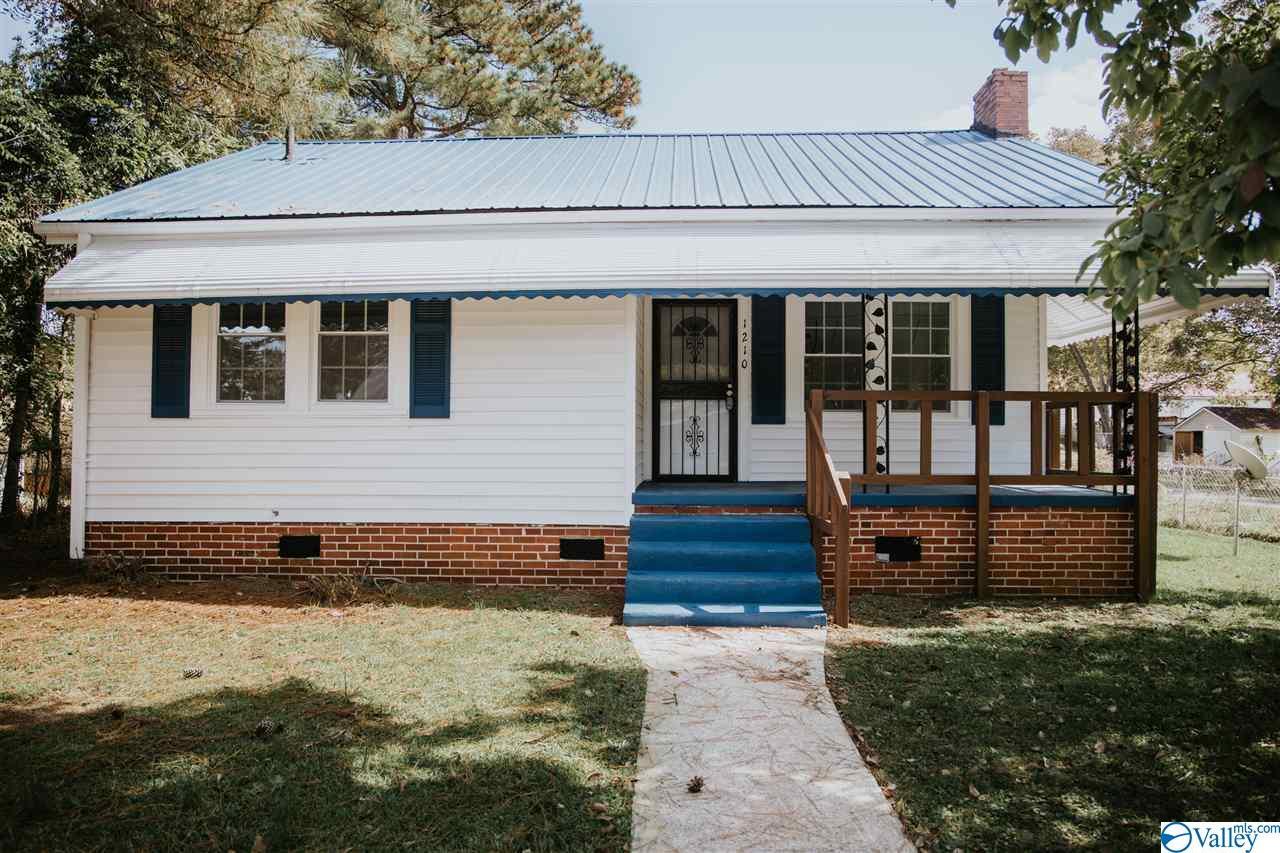 Photo of home for sale at 1210 Vinson Avenue, Gadsden AL