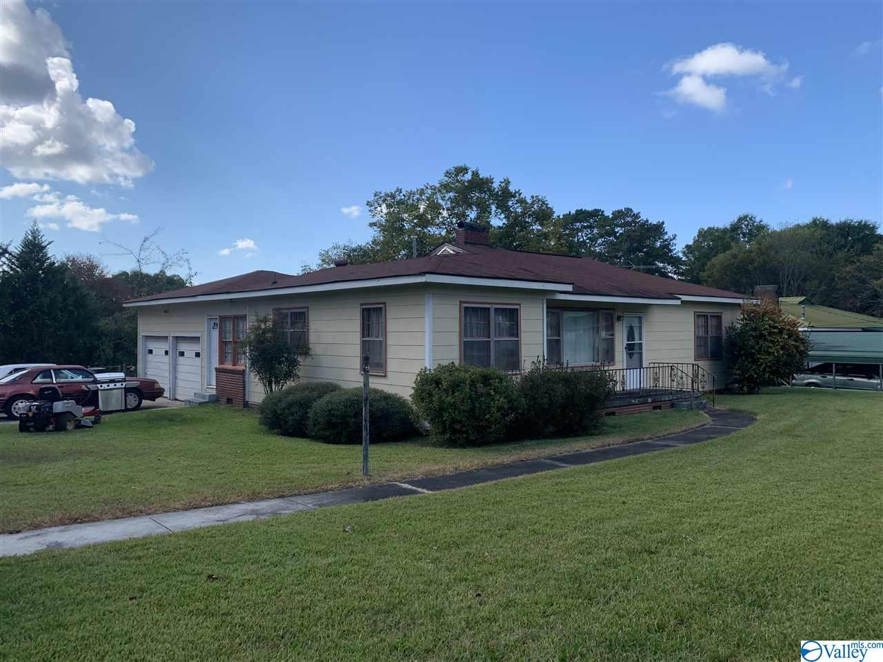 Photo of home for sale at 2000 Noccalula Road, Gadsden AL