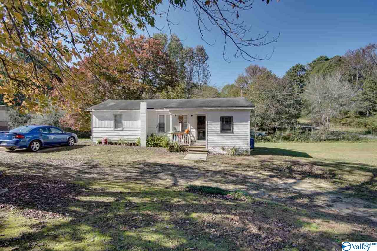 Photo of home for sale at 291 Hall Circle, Guntersville AL