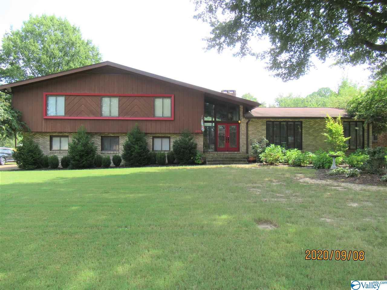 Photo of home for sale at 1112 Mason Drive, Hartselle AL