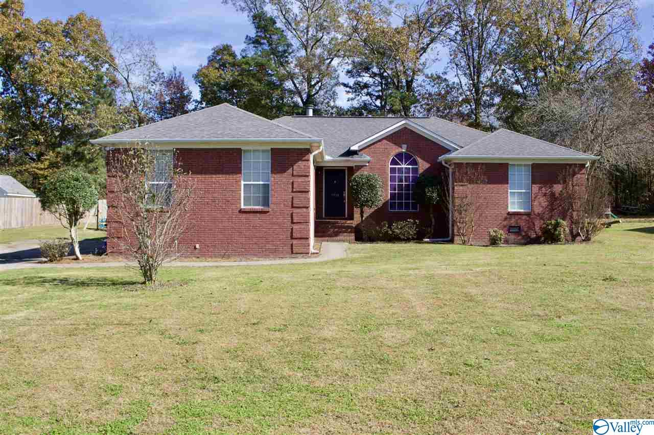 Photo of home for sale at 1938 Wedgewood Drive, Arab AL