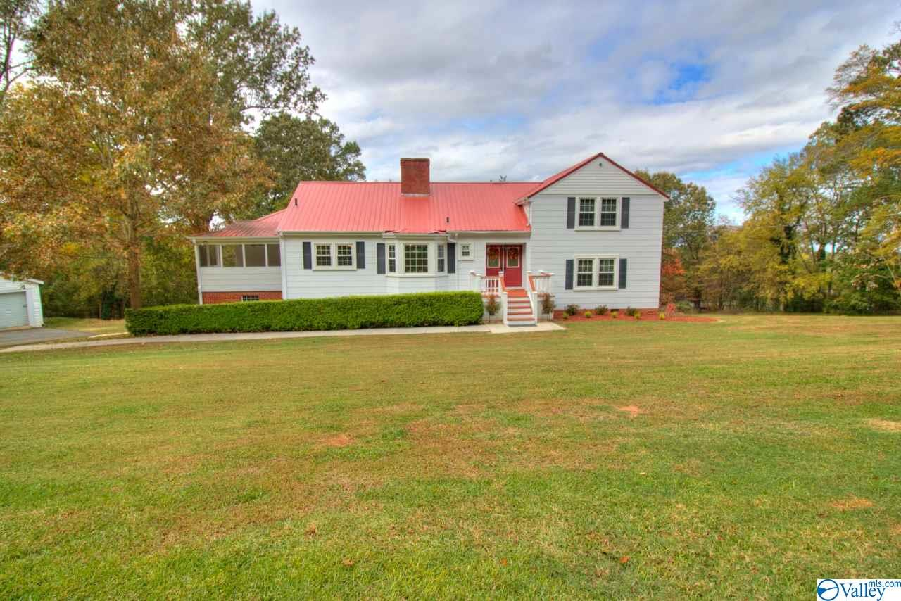 Photo of home for sale at 1308 Hillwood Drive, Guntersville AL