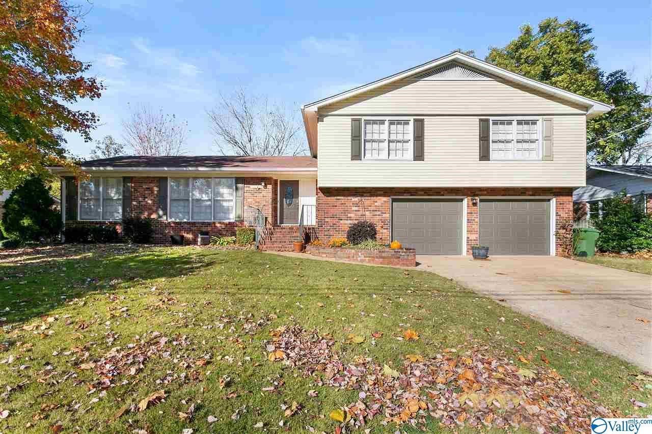 Photo of home for sale at 1007 Tascosa Drive, Huntsville AL