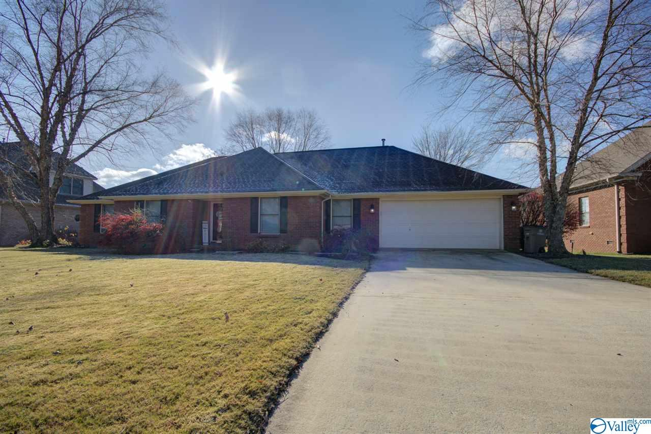 Photo of home for sale at 2303 Cumberland Place, Decatur AL