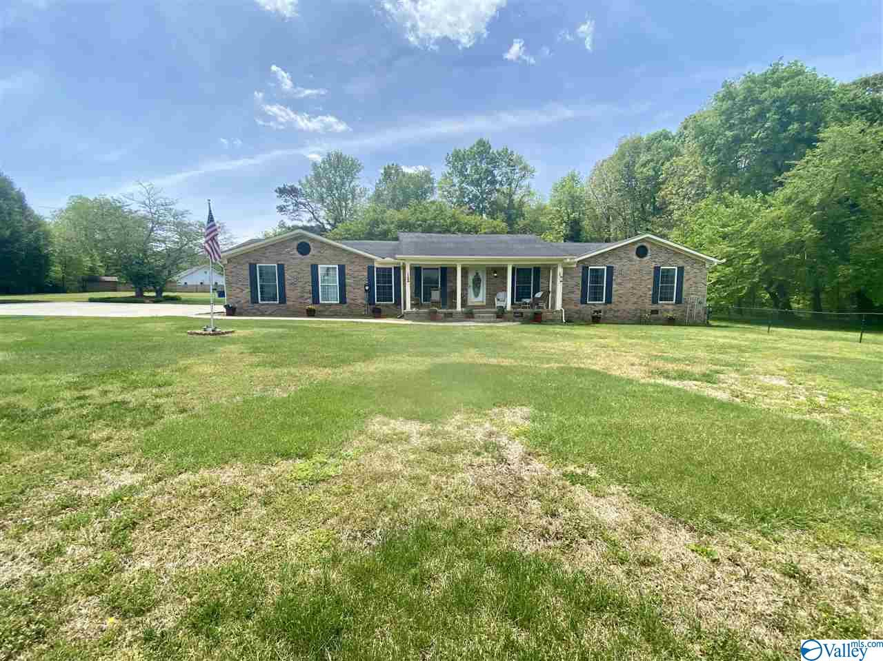 Photo of home for sale at 131 Holbrook Drive, Arab AL