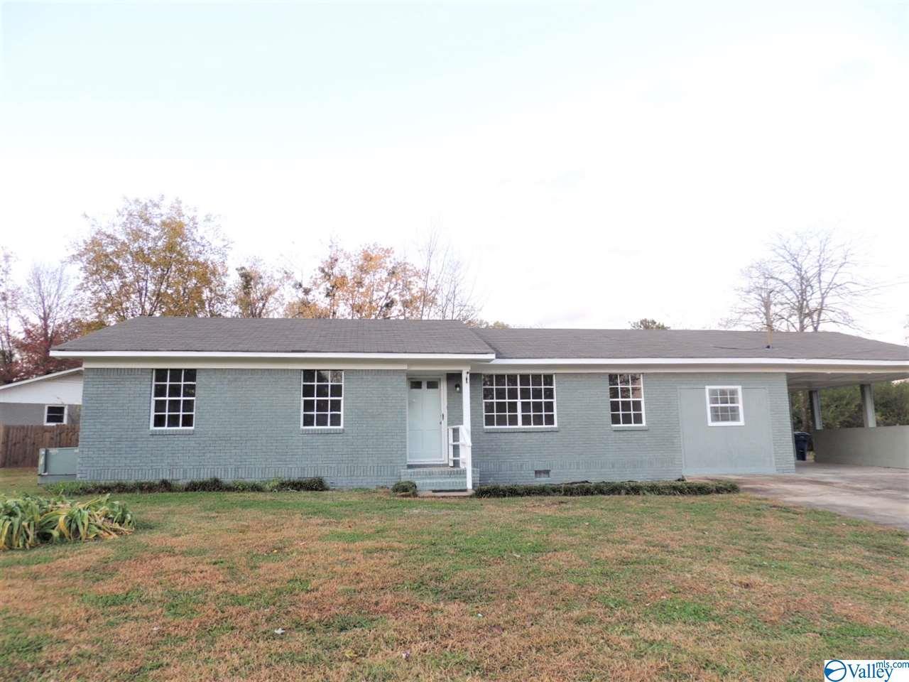 Photo of home for sale at 4000 Gunnison Lane, Huntsville AL