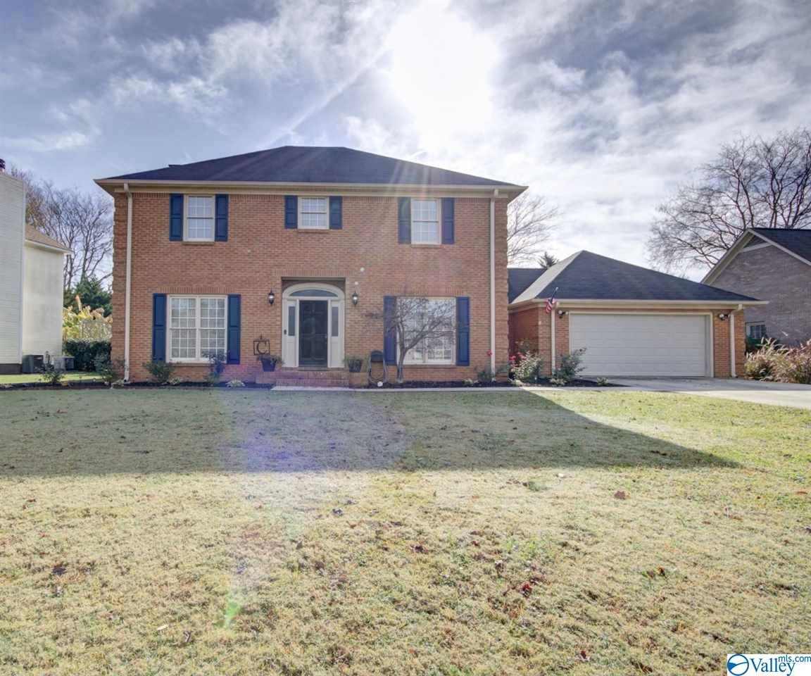 Photo of home for sale at 1009 Cedarwood Drive, Decatur AL