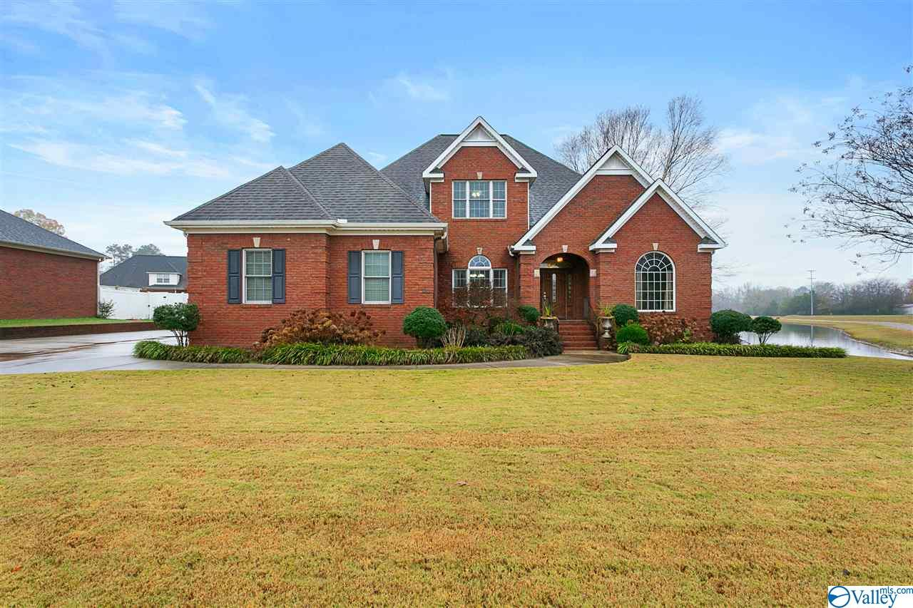 Photo of home for sale at 550 Lake South Drive, Hartselle AL