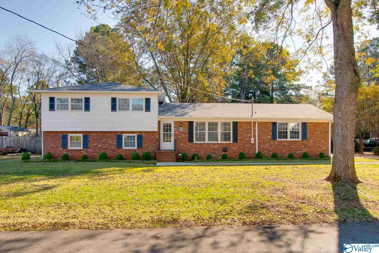 Photo of home for sale at 2005 Shannonhouse Road, Huntsville AL