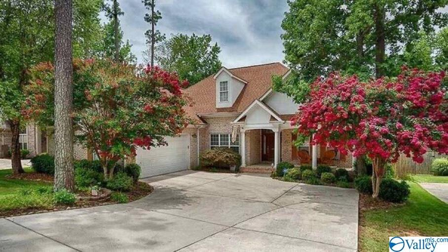 Photo of home for sale at 1670 Longleaf Drive, Huntsville AL