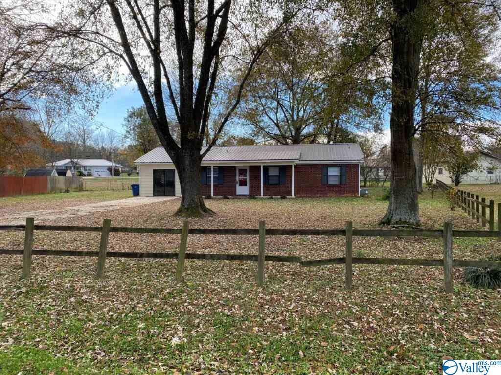 Photo of home for sale at 1105 Terry Circle, Albertville AL