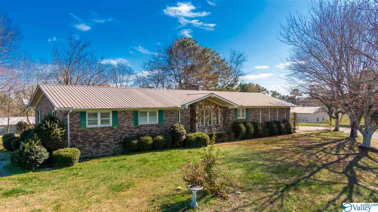Photo of home for sale at 805 County Road 37, Crossville AL