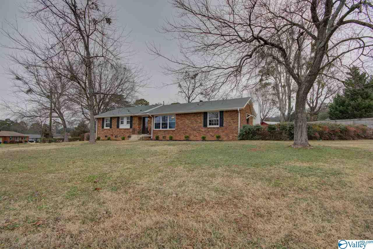 Photo of home for sale at 114 Bellingrath Drive, Huntsville AL