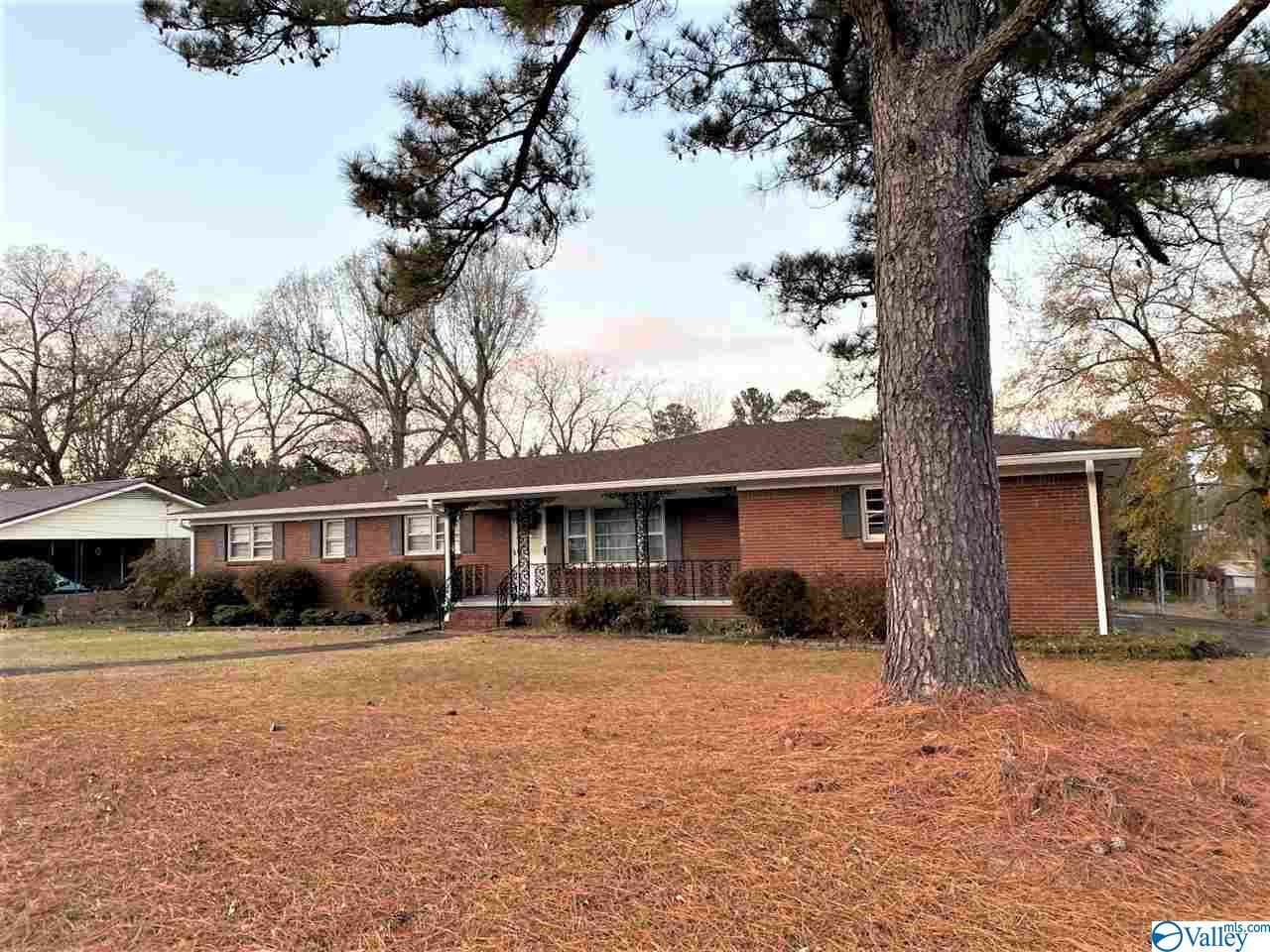 Photo of home for sale at 228 Elsmore Boulevard, Gadsden AL