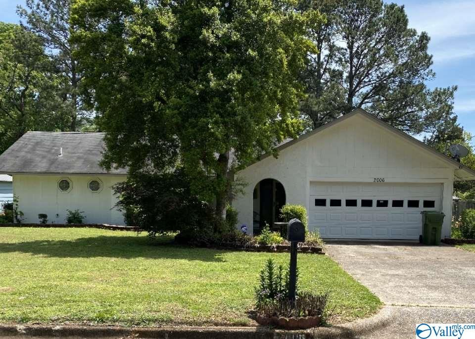 Photo of home for sale at 2006 Mcdowling Drive, Huntsville AL