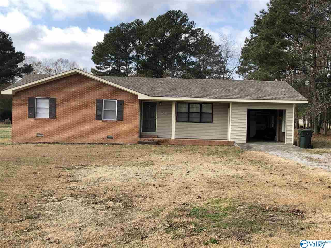 Photo of home for sale at 801 Wellden Street, Hartselle AL