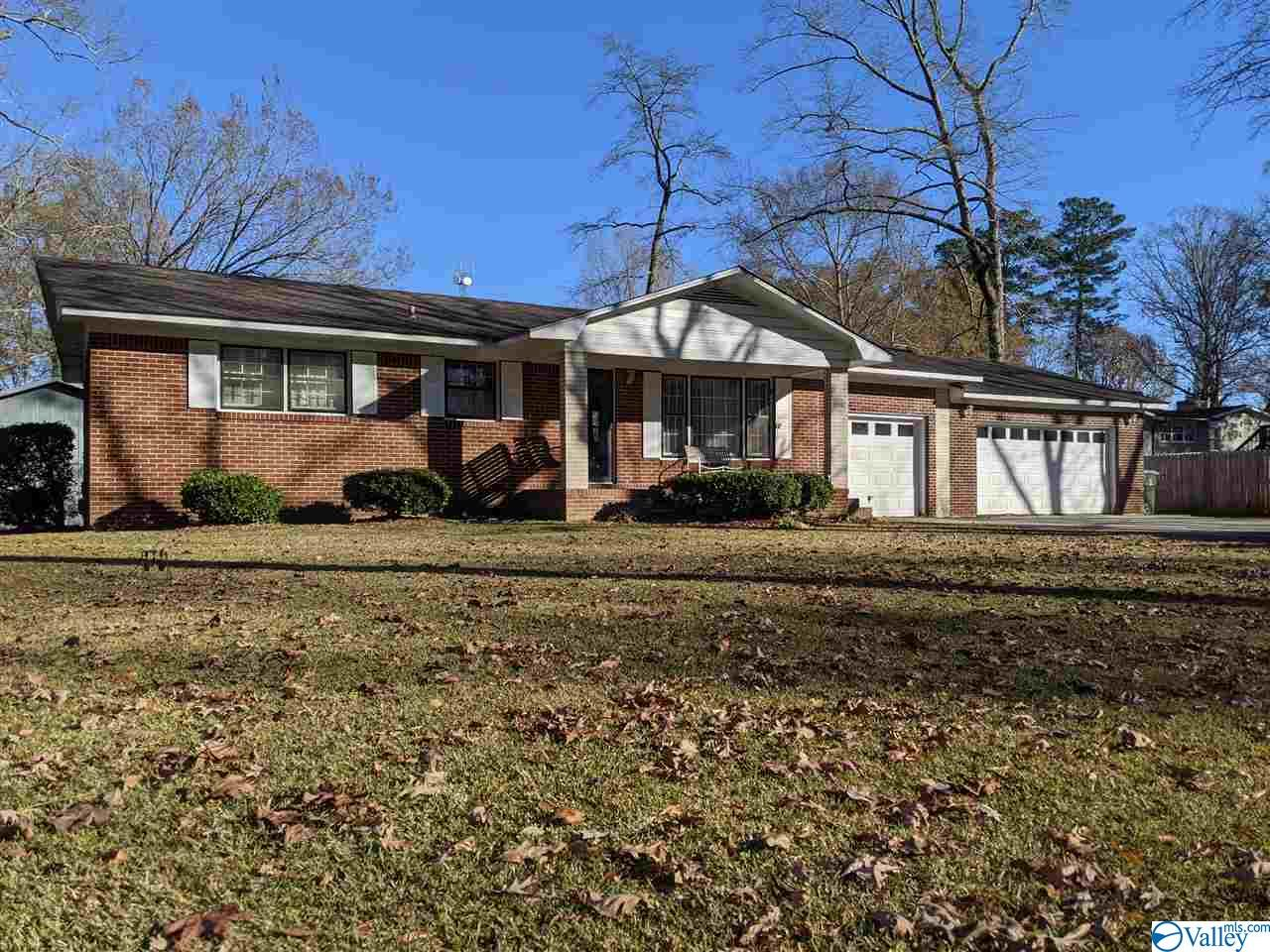 Photo of home for sale at 810 Corsbie Street, Hartselle AL