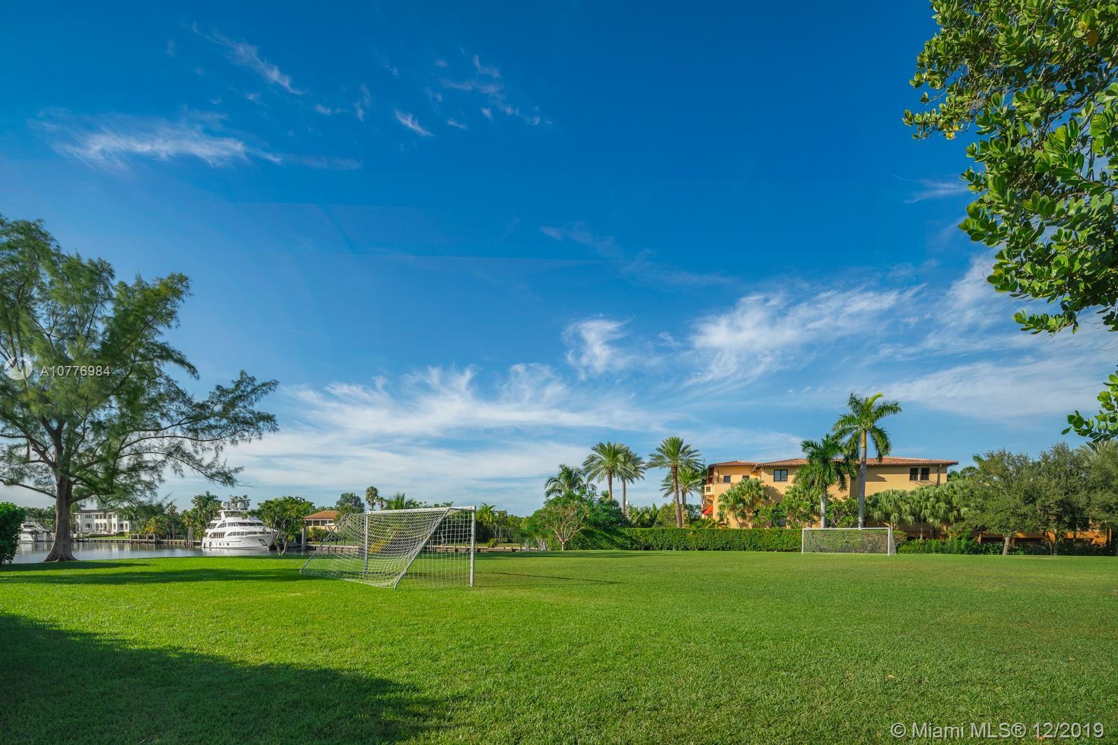 Дом в США по адресу 21 Casuarina Concourse, Coral Gables, FL 33143
