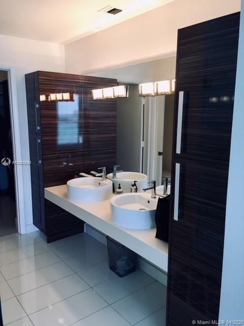 Photo of 2020 N Bayshore Dr #1601 listing for Sale