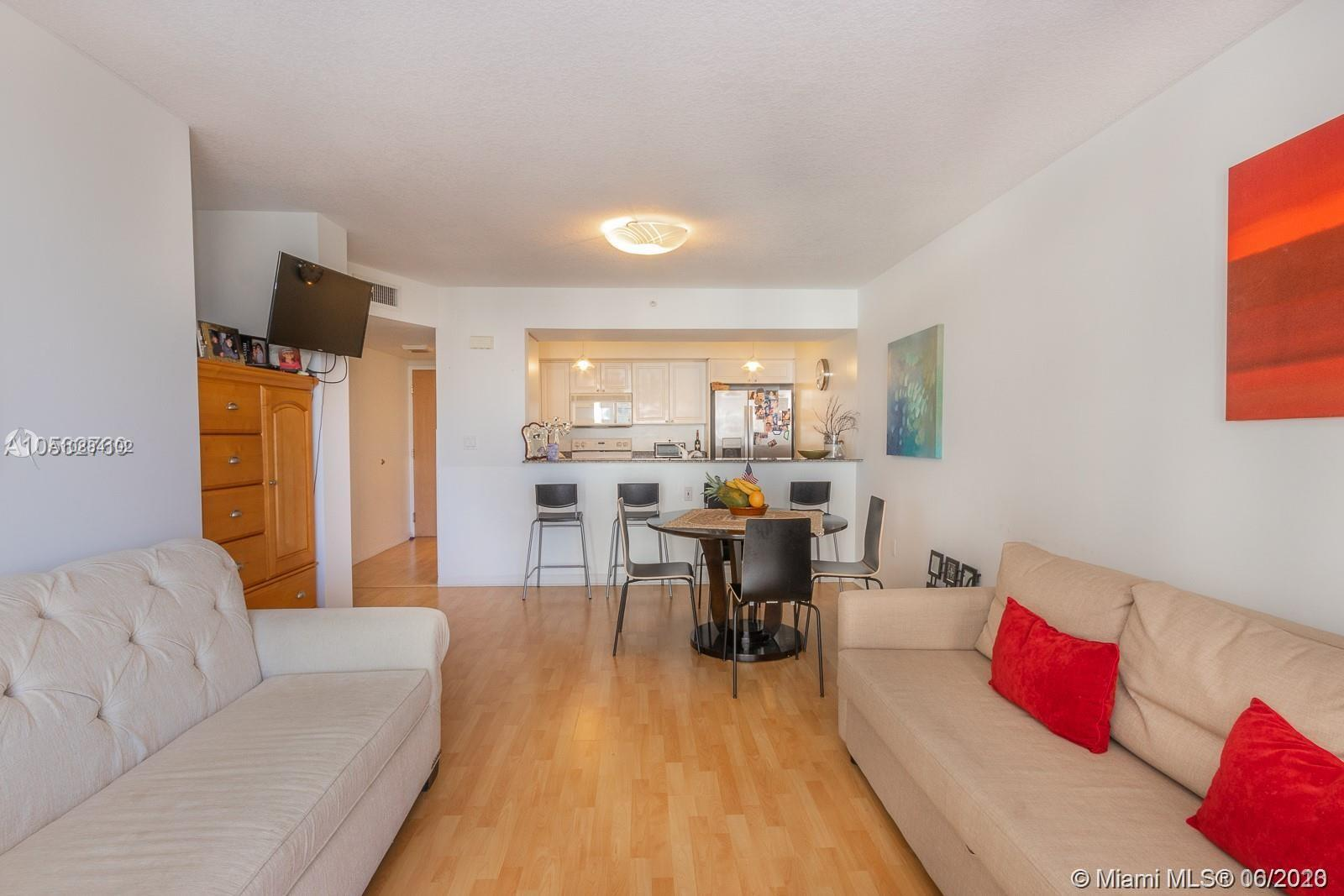 17275 Collins Ave #611 photo02