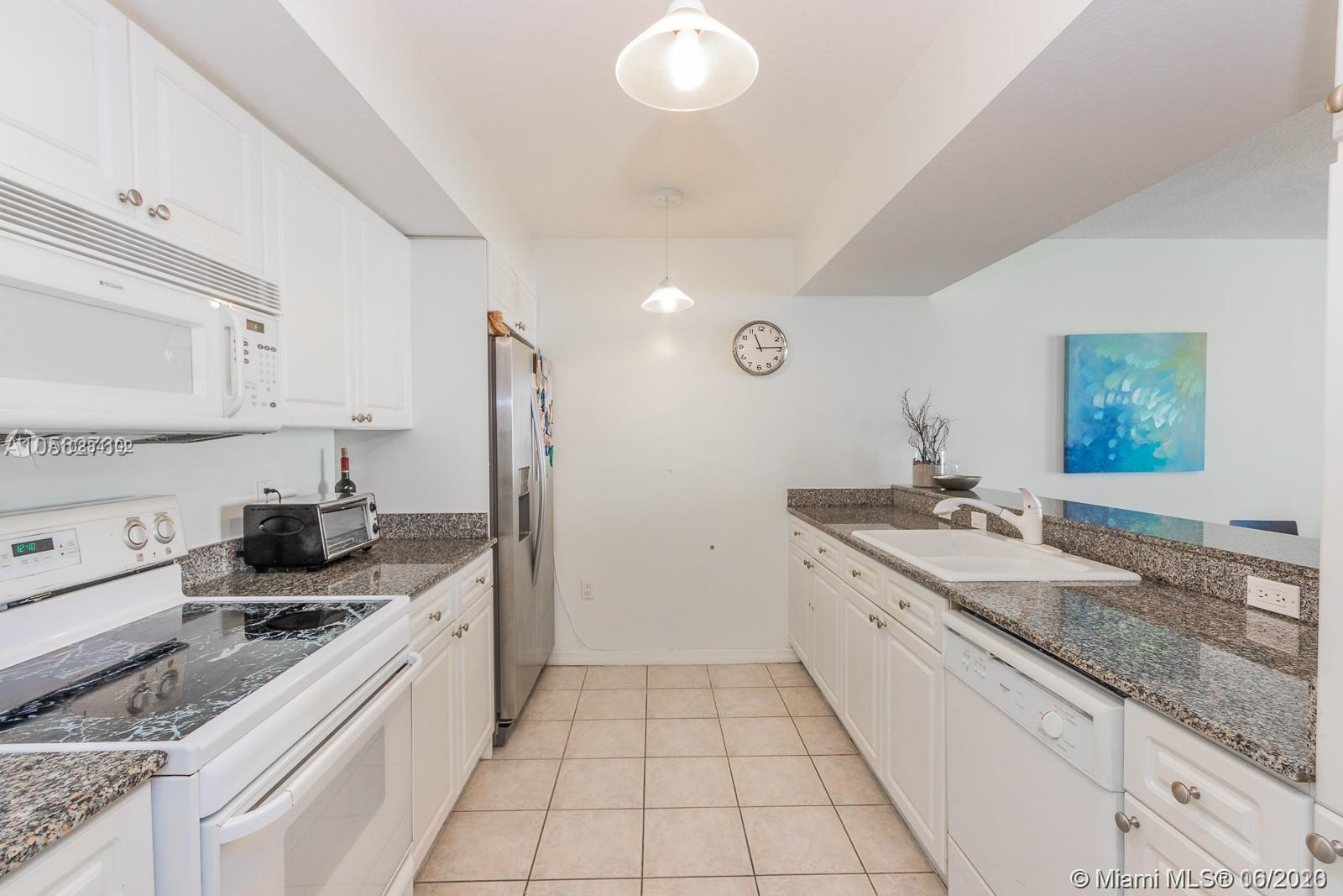 17275 Collins Ave #611 photo03