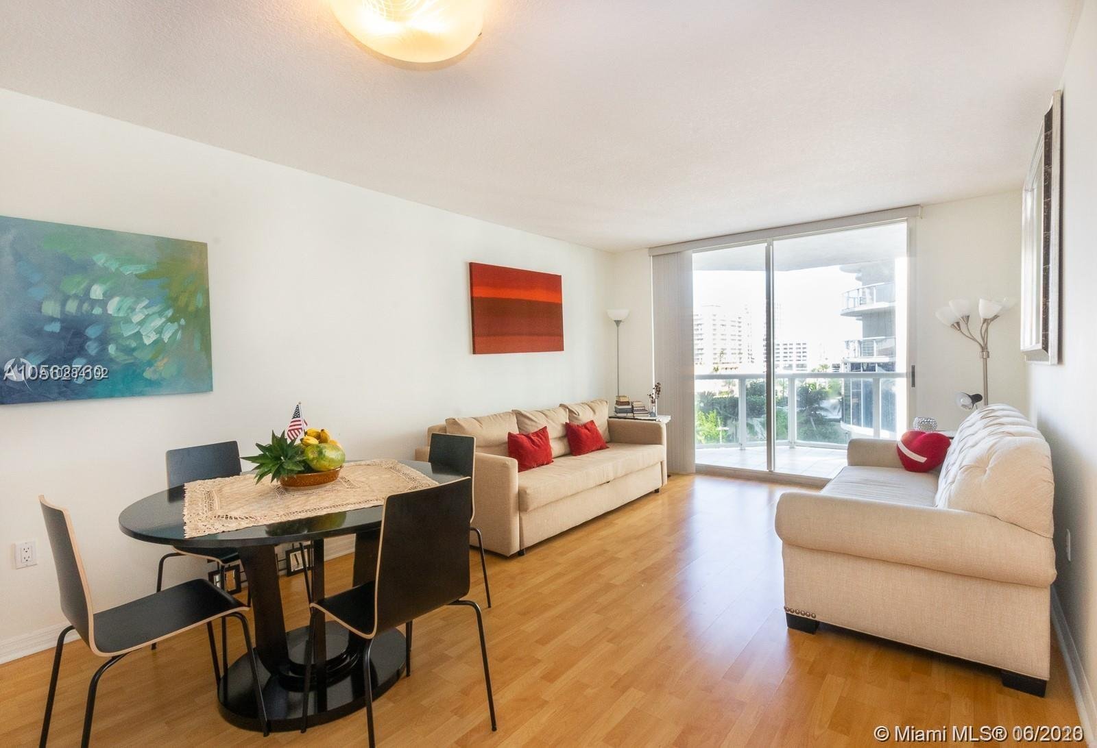 17275 Collins Ave #611 photo01