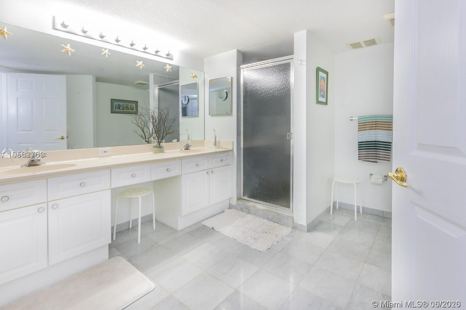 17275 Collins Ave #611 photo05