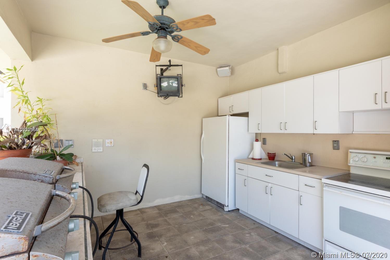 Full outdoor kitchen/bbq area!