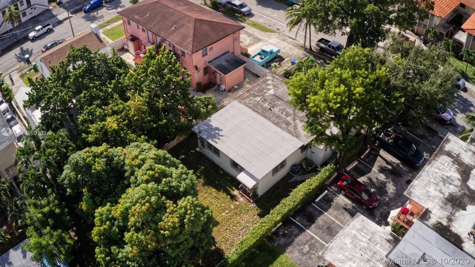 La vista aerea le muestra un edificio de apartamentos a la izquierda de la casa (rosado), asi como un segundo edificio de apartamentos a la derecha de la casa. Note el techo nuevo.