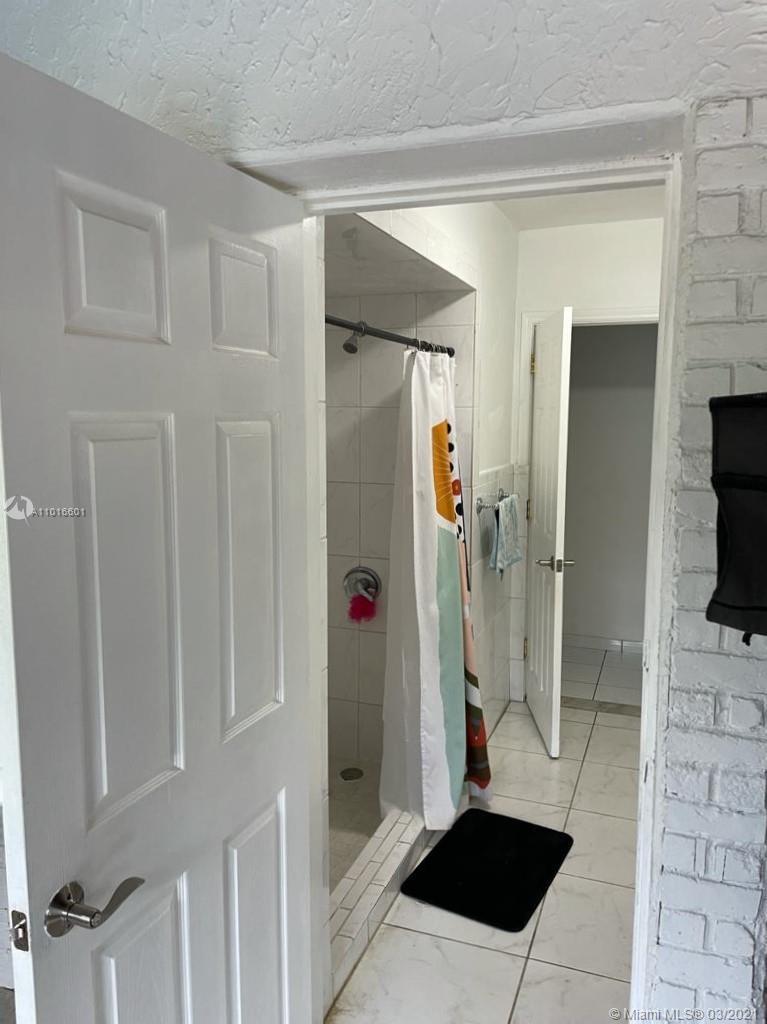 Entrance from Florida room into bathroom 2