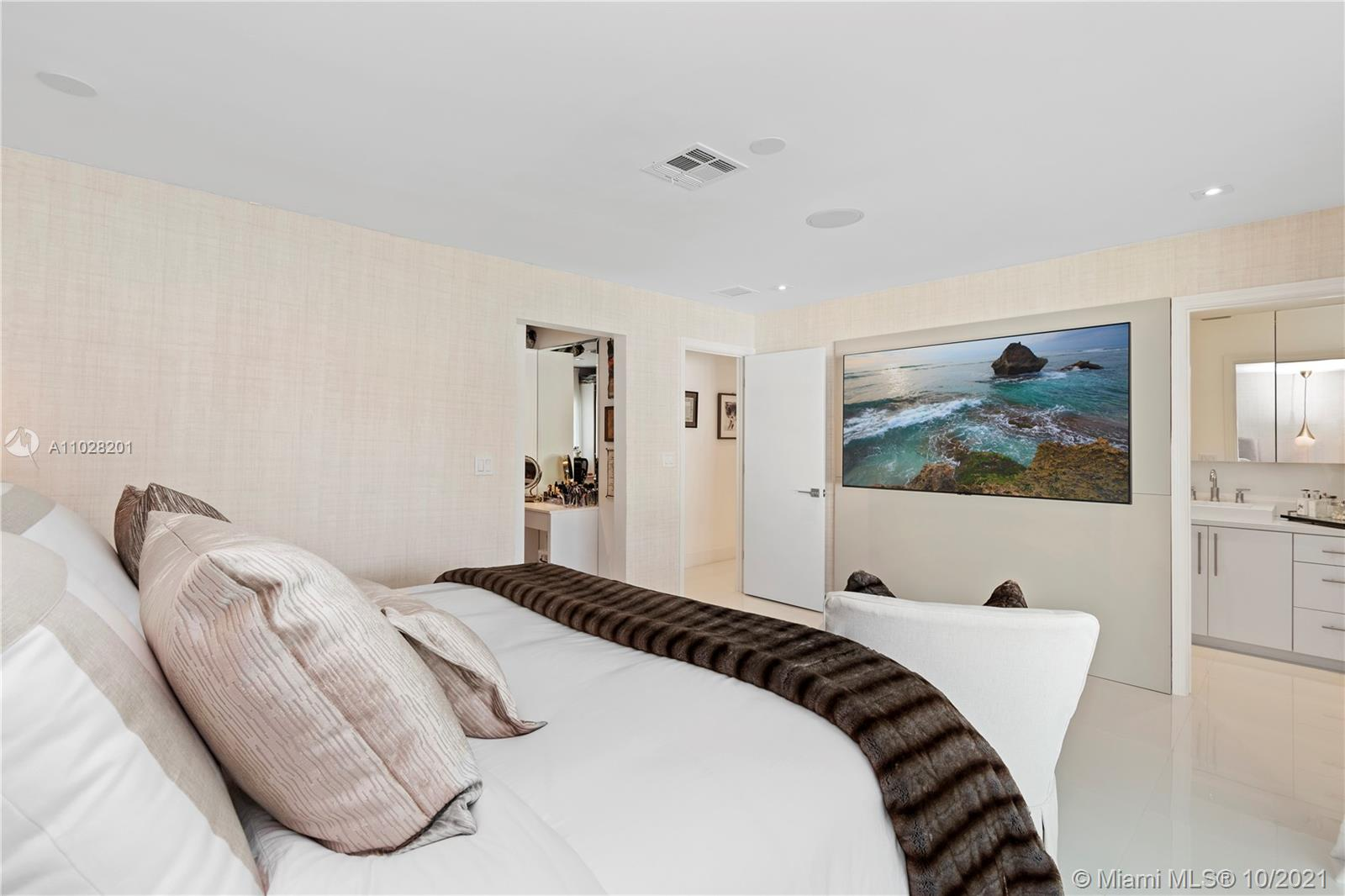 Spacious Master Bedroom with access to the backyard