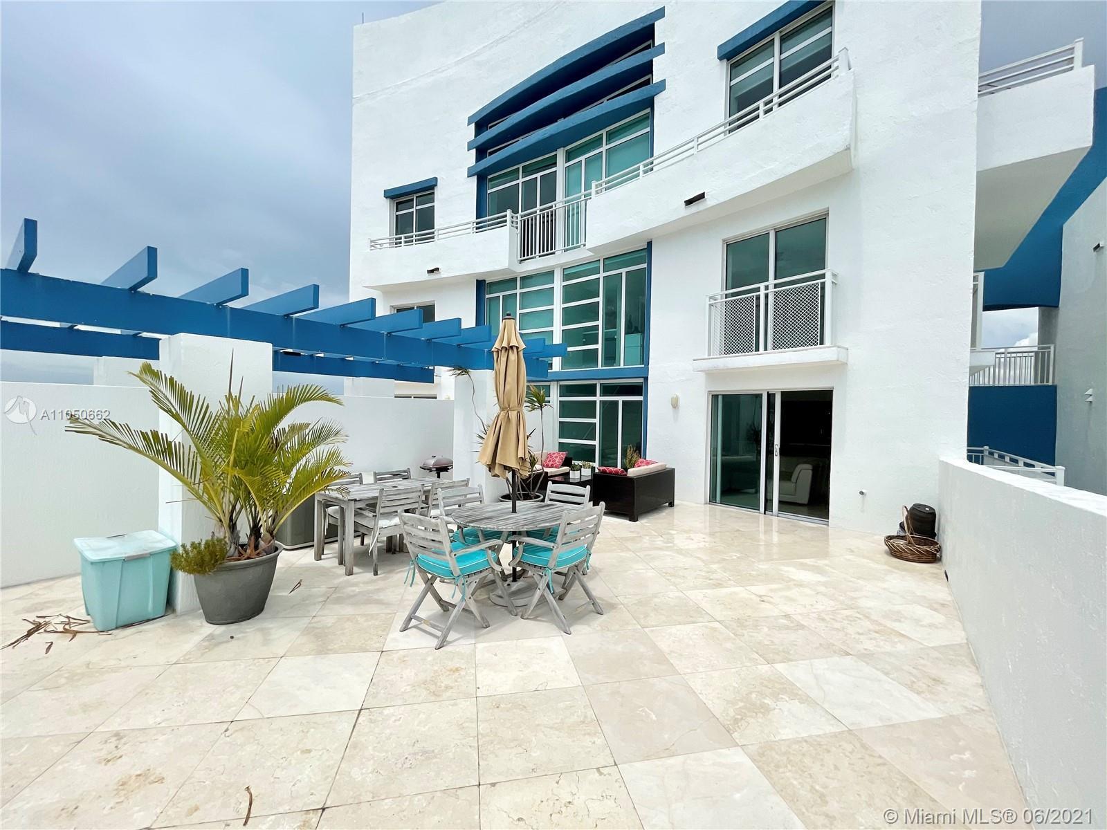 Private 700 sq/ft Terrace