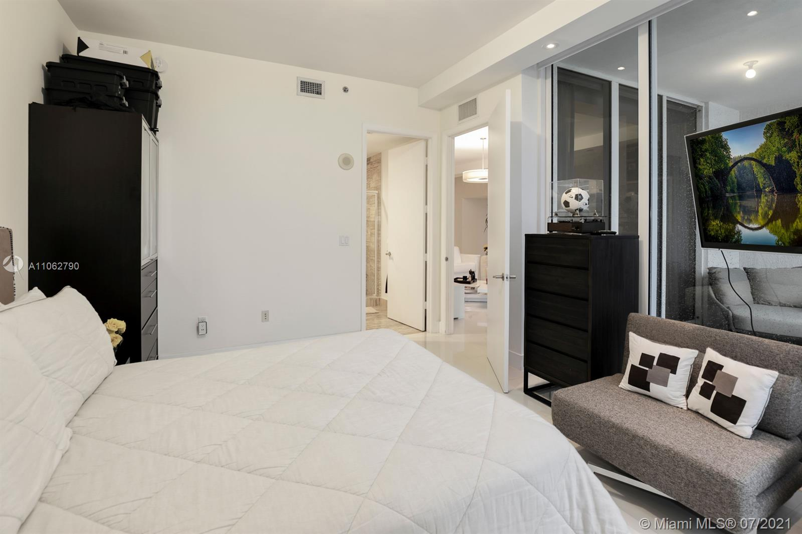 15901 Collins Ave #604 photo08