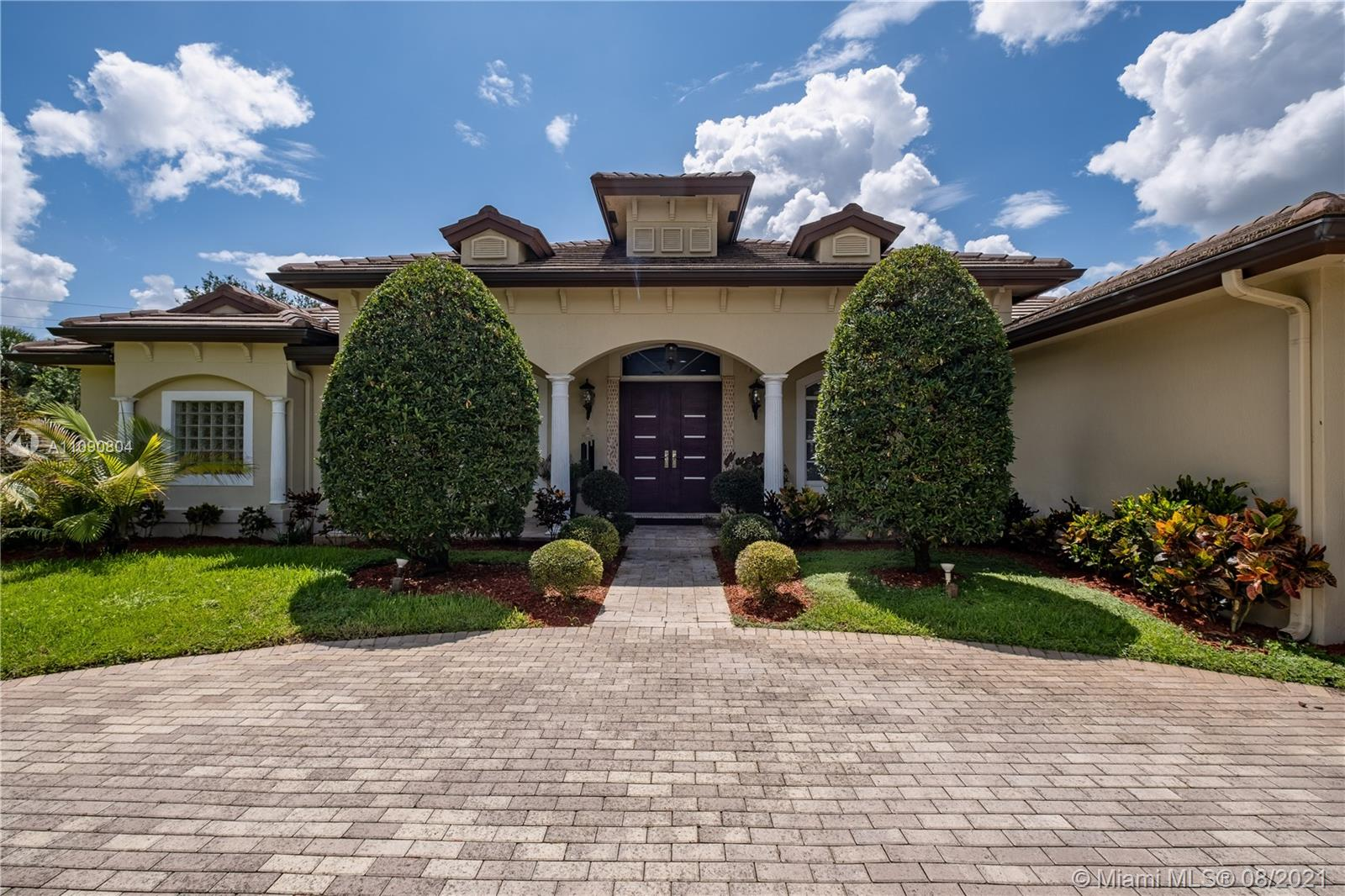 Charleston Oaks - 2850 E Jockey Cir E, Davie, FL 33330