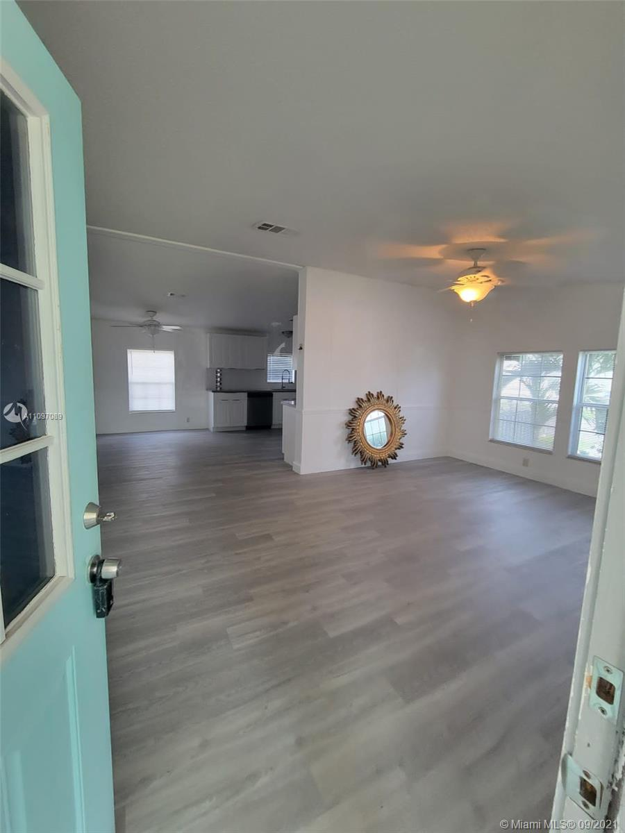 Single Family Home For Sale GOLDCOASTER MHP9,055 Sqft