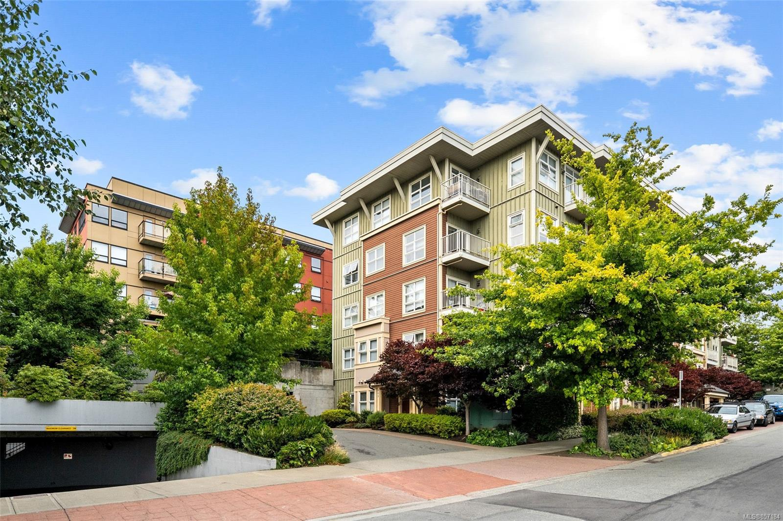 2 Bedroom, 2 Bathroom, Condo/Townhouse in Saanich East