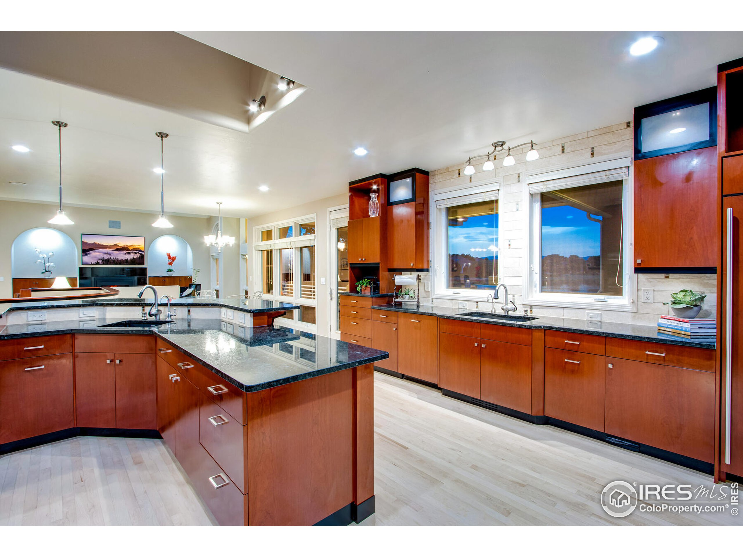 Full Service Kitchen provides adequate floor & counter space for entertaining, while allowing the Executive Chef plenty of room to perform his/her magic