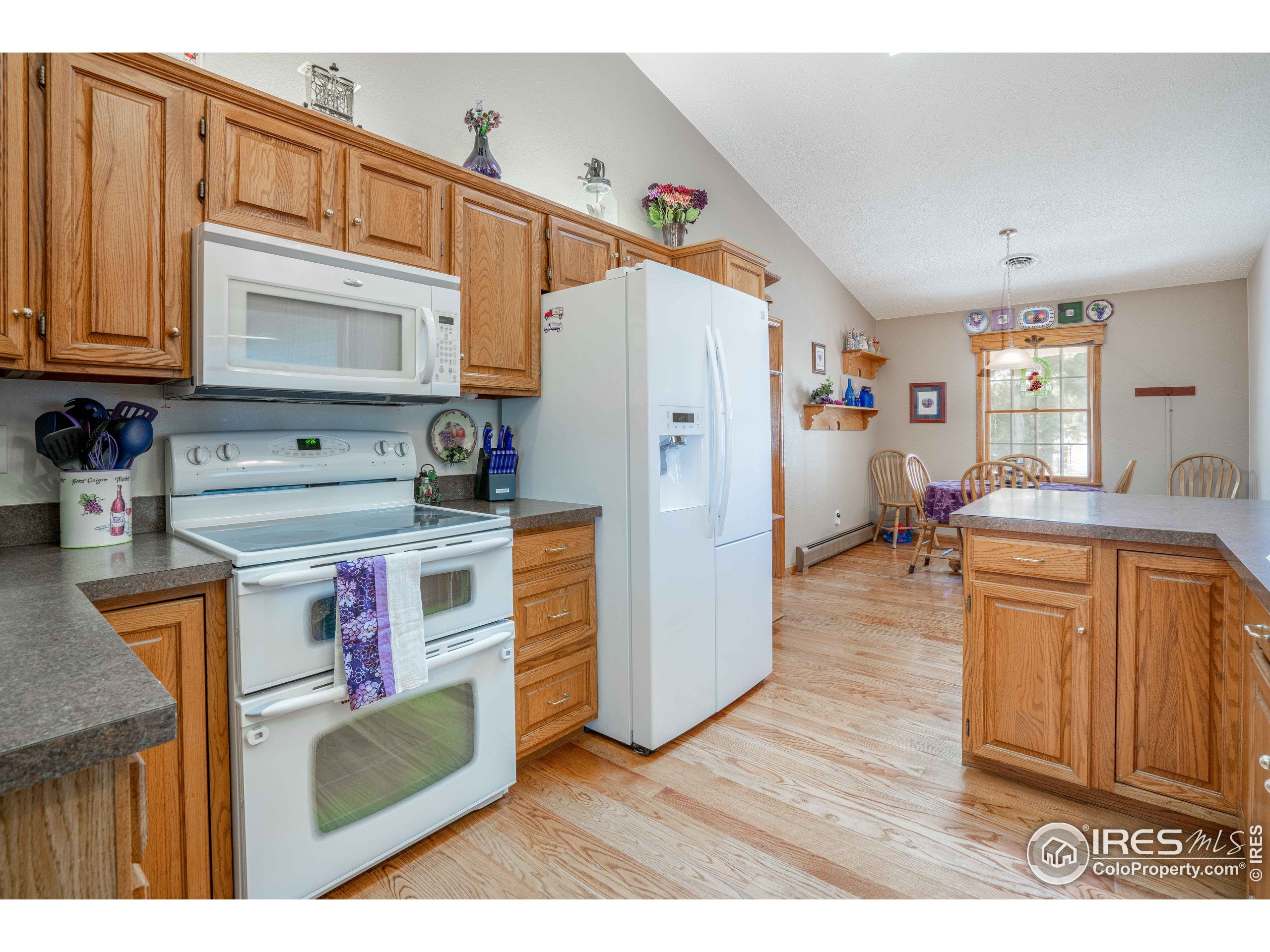 Double Oven, New Frig, Vaulted Ceiling!