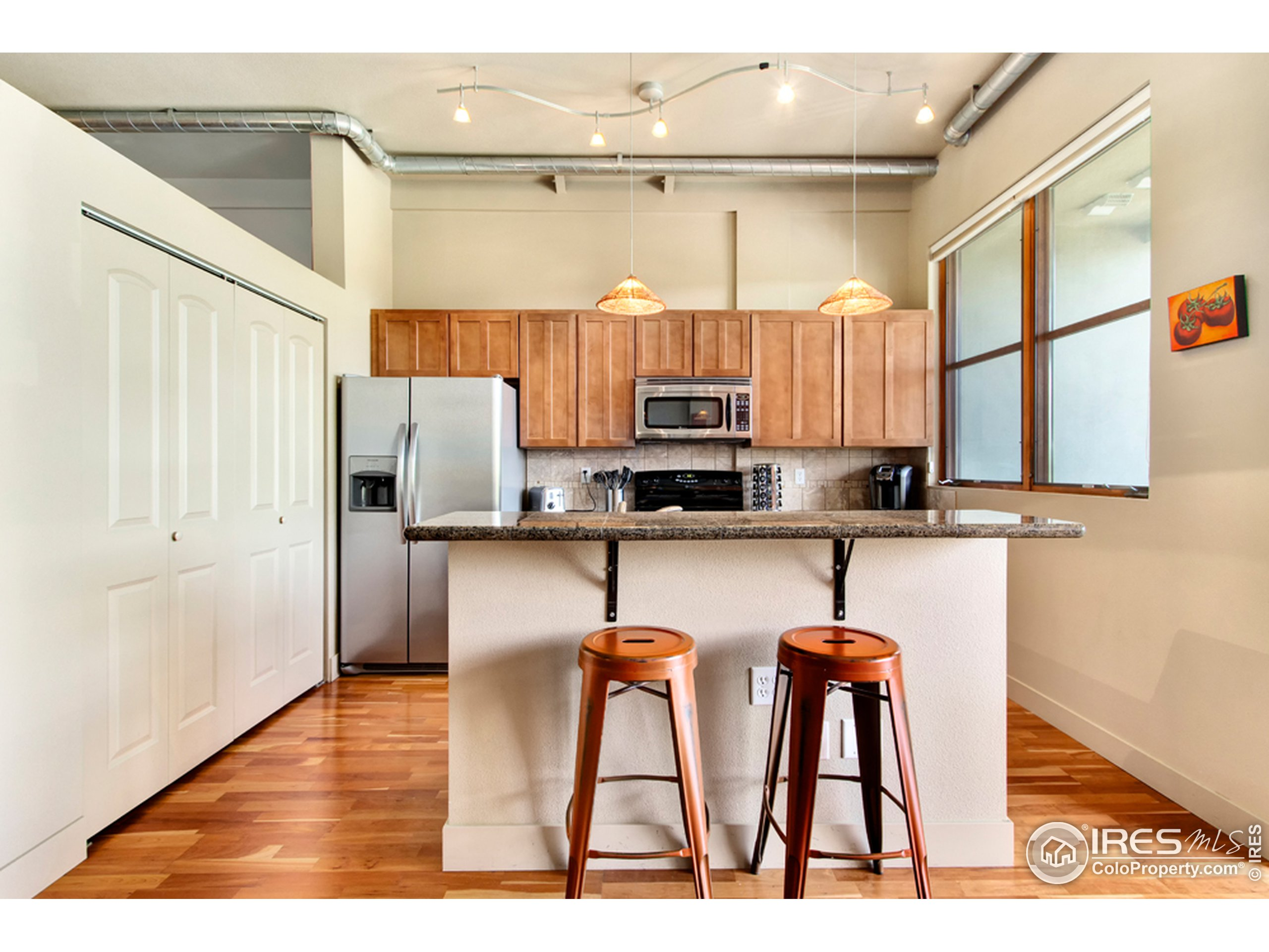 Eat-in kitchen with island.
